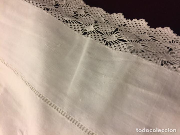 Antigüedades: Antigua sabana de algodon, con iniciales bodadas y preciosa punta y funda almohada a juego. Leer mas - Foto 5 - 115707015