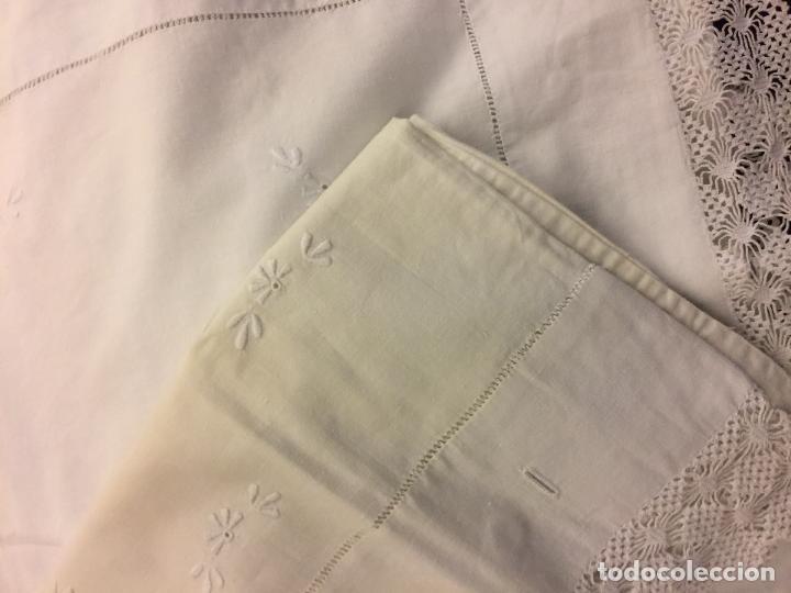 Antigüedades: Antigua sabana de algodon, con iniciales bodadas y preciosa punta y funda almohada a juego. Leer mas - Foto 7 - 115707015