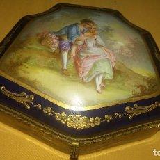 Antigüedades: JOYERO PORCELANA FRANCESA FIRMADA SIGLO XIX - PINTADA A MANO POR DENTRO Y POR FUERA. Lote 115824923