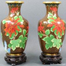 Antigüedades: PAREJA DE JARRONES ESMALTE CLOISONNE CHINOS SIGLO XX. Lote 115884943