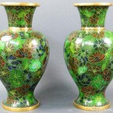 Antigüedades: PAREJA DE JARRONES ESMALTE CLOISONNE CHINOS SIGLO XX. Lote 115885235