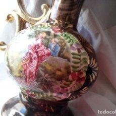 Antigüedades: JARRÓN ANTIGUO EN EL Q RESALTA ESCENA ROMÁNTICA EN UN JARDÍN. ACABADOS EN ORO.. Lote 115889995