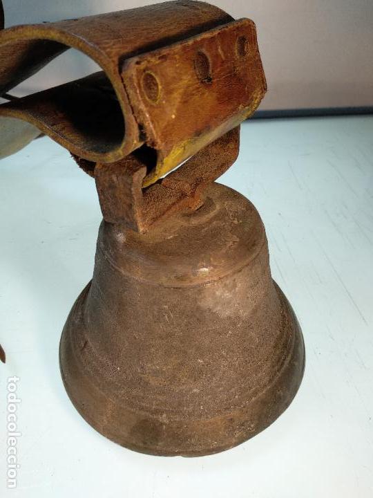 Antigüedades: ESPECTACULAR PAREJA DE ENORMES CAMPANAS DE BRONCE PARA GANADO - COLLARES DE CUERO - JOYAS - - Foto 2 - 115928651