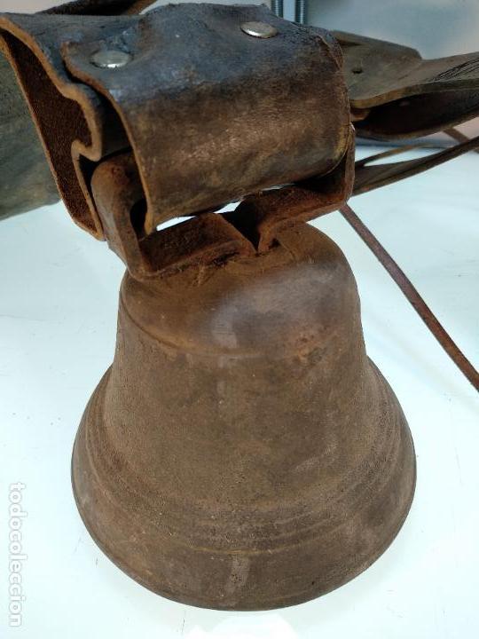 Antigüedades: ESPECTACULAR PAREJA DE ENORMES CAMPANAS DE BRONCE PARA GANADO - COLLARES DE CUERO - JOYAS - - Foto 3 - 115928651