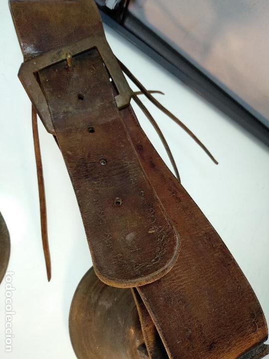 Antigüedades: ESPECTACULAR PAREJA DE ENORMES CAMPANAS DE BRONCE PARA GANADO - COLLARES DE CUERO - JOYAS - - Foto 4 - 115928651