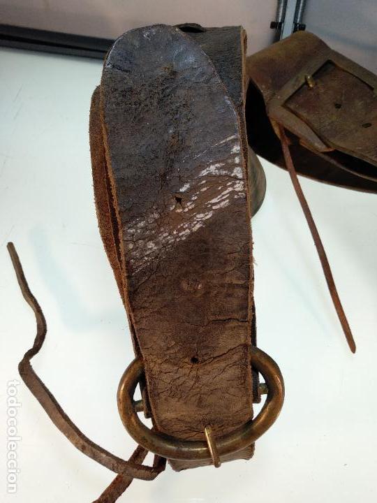 Antigüedades: ESPECTACULAR PAREJA DE ENORMES CAMPANAS DE BRONCE PARA GANADO - COLLARES DE CUERO - JOYAS - - Foto 6 - 115928651
