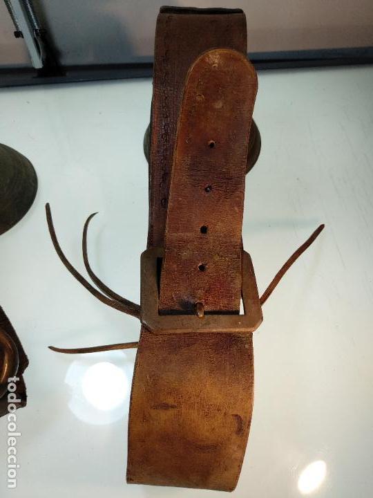 Antigüedades: ESPECTACULAR PAREJA DE ENORMES CAMPANAS DE BRONCE PARA GANADO - COLLARES DE CUERO - JOYAS - - Foto 7 - 115928651