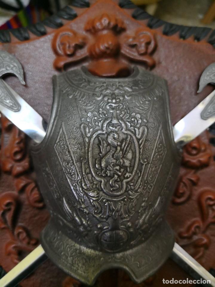 Antigüedades: Antiguo escudo metálico y cuero repujado - Foto 2 - 115947283