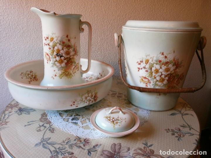 JUEGO DE ASEO O TOCADOR DE 4 PIEZAS PORCELANA PINTADA MOTIVOS FLORALES. (Antigüedades - Porcelanas y Cerámicas - Otras)