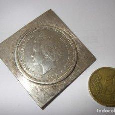 Antigüedades: SOBRIO BROCHE DE PLATA CON MONEDA DE 5 PTS DE ALFONSO XIII NIÑO, 1894. 5 X 5 CM.. Lote 116139263