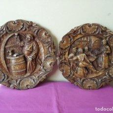 Antigüedades: 2 ANTIGUOS PLATOS DE MADERA TALLADA PARA COLGAR DE DECORACION CON MOTIVOS DE UN ANTIGUO MESON. Lote 116140051