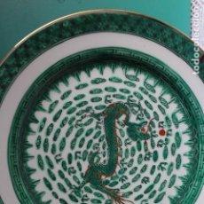 Antigüedades: PLATO DE PORCELANA CHINA EN VERDE CON DECORACIÓN DE DRAGÓN SELLADO EN ROJO MACAU ? 26,2 CM. Lote 116186083