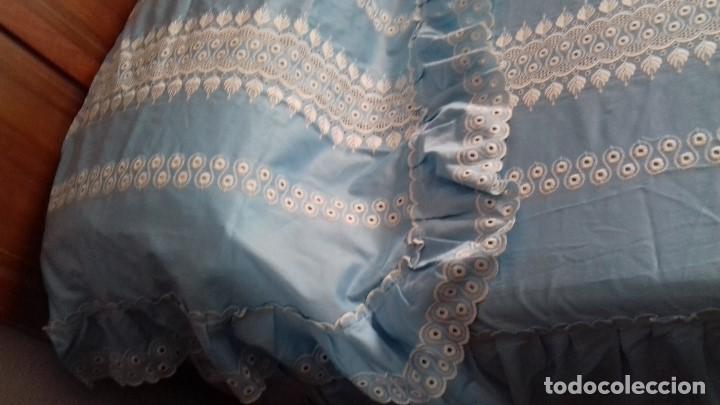 Antigüedades: ANTIGUA COLCHA CUBRECAMA DE TIRA BORDADA DE RASO CELESTE PARA CAMA DE 135. - Foto 10 - 116215927