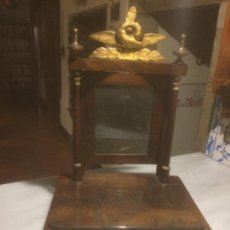 Antigüedades: ANTIGUO TOCADOR DE MADERA DE NOGAL CON ESPEJO DEL SIGLO XIX, CON TALLA DE PAN DE ORO . Lote 116276571