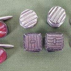 Antigüedades: COLECCIÓN DE GEMELOS Y AGUJAS DE CORBATA. METAL PLATEADO Y ESMALTADO. CIRCA 1950.. Lote 116320771