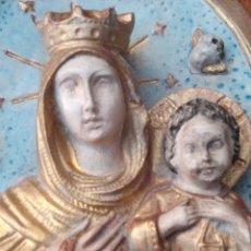 Antigüedades: RELIEVE OVAL, VIRGEN CORONADA CON NIÑO JESÚS. YESO O ESCAYOLA CON POLICROMÍA EN DORADO.. Lote 115612678
