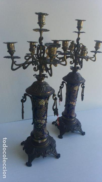 Antigüedades: PAREJA DE CANDELABROS DE BRONCE Y PORCELANA, SIGLO XIX - Foto 2 - 116415411