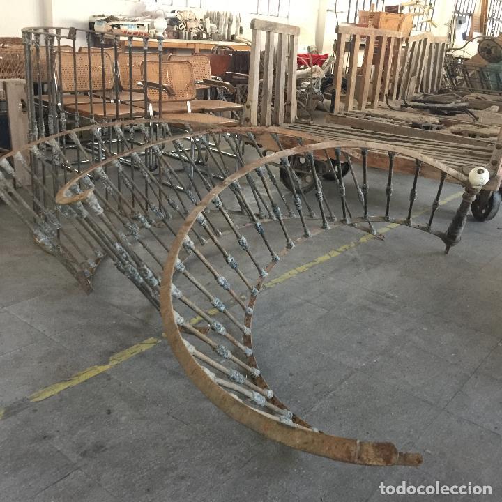 Usado, Curiosa BARANDILLA DE ESCALERA de hierro con pomos esmaltados. Muy antigua. Ver fotos. segunda mano