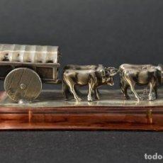 Antigüedades: ANTIGUA S XIX RARA FIGURA BUEYES TIRANDO CARRETA ROCIO PLATA LEY MEDIDA 3,8X9X3,5 CM FIRMA 470,0 €. Lote 116488951