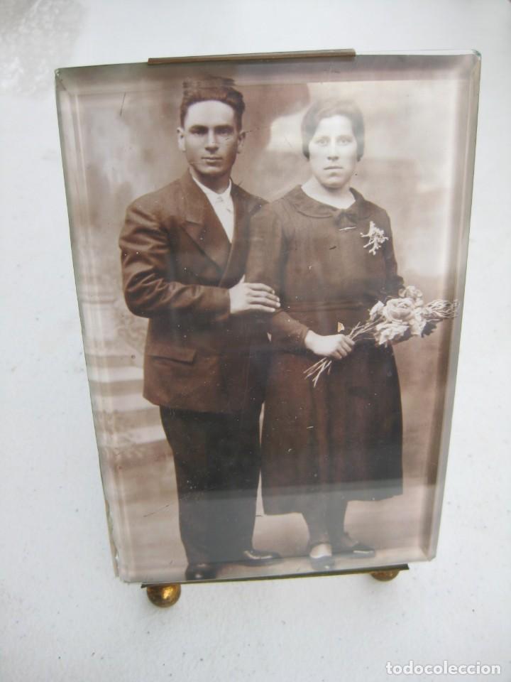 Antigüedades: PORTAFOTO DE CRISTAL BISELADO 16,5 X 11 CMS CON PIE Y PARA COLGAR - Foto 2 - 116519851