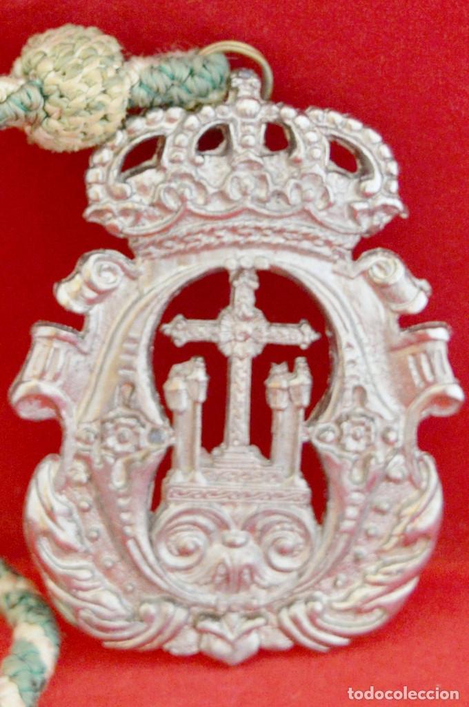 MEDALLA METALICA Y CORDON DE LA HERMANDAD DE SANTA CRUZ DE PAYMOGO HUELVA (Antigüedades - Religiosas - Medallas Antiguas)