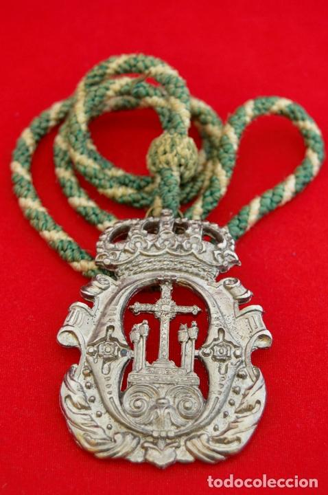 Antigüedades: MEDALLA METALICA Y CORDON DE LA HERMANDAD DE SANTA CRUZ DE PAYMOGO HUELVA - Foto 6 - 71576933