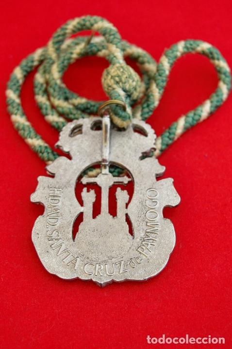 Antigüedades: MEDALLA METALICA Y CORDON DE LA HERMANDAD DE SANTA CRUZ DE PAYMOGO HUELVA - Foto 7 - 71576933