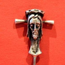 Antigüedades: ANTIGUA AGUJA DE SOLAPA BROCHE METALICO CRUCIFIJO SANTA FAZ. Lote 51606785