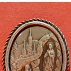 Antigüedades: ANTIGUO BROCHE EN ALPACA DE LA VIRGEN DE LOURDES GRUTA. Lote 57772376