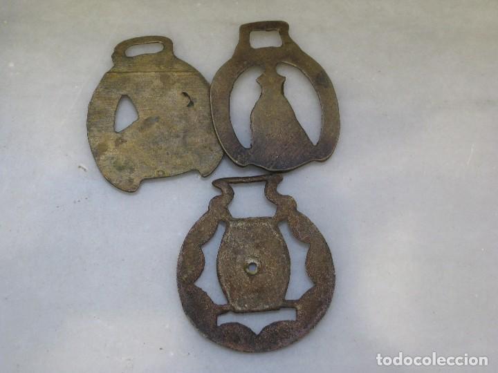 Antigüedades: 3 placas antiguas de bronce para correaje de caballo - Foto 4 - 116675483