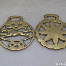 Antigüedades: 2 PLACAS ANTIGUAS DE BRONCE PARA CORREAJE DE CABALLO. Lote 116676095