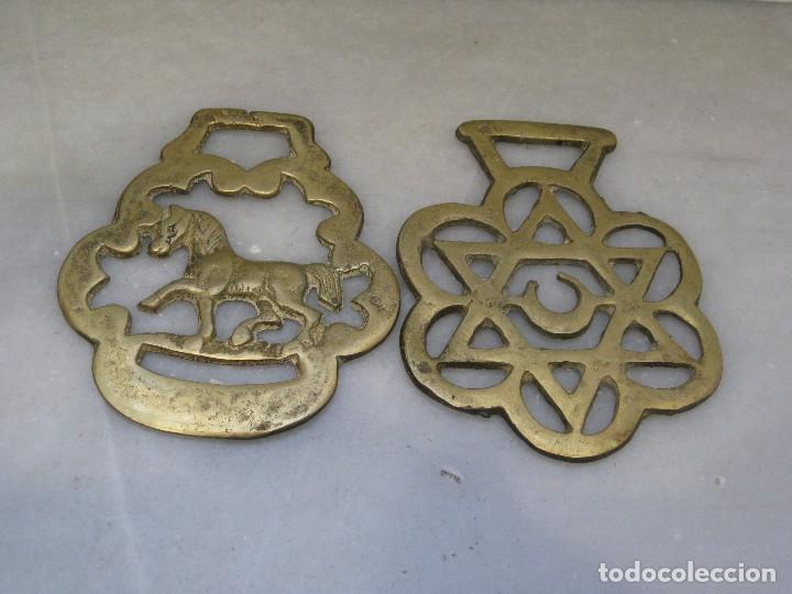 Antigüedades: 3 placas antiguas de bronce para correaje de caballo - Foto 2 - 116676387