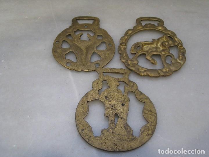 Antigüedades: 3 placas antiguas de bronce para correaje de caballo - Foto 4 - 116684047