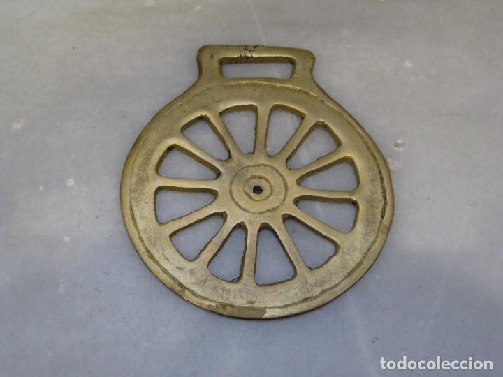 Antigüedades: 2 placas antiguas de bronce para correaje de caballo - Foto 3 - 116684207
