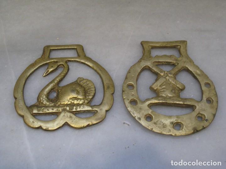 Antigüedades: 3 placas antiguas de bronce para correaje de caballo - Foto 2 - 116684335