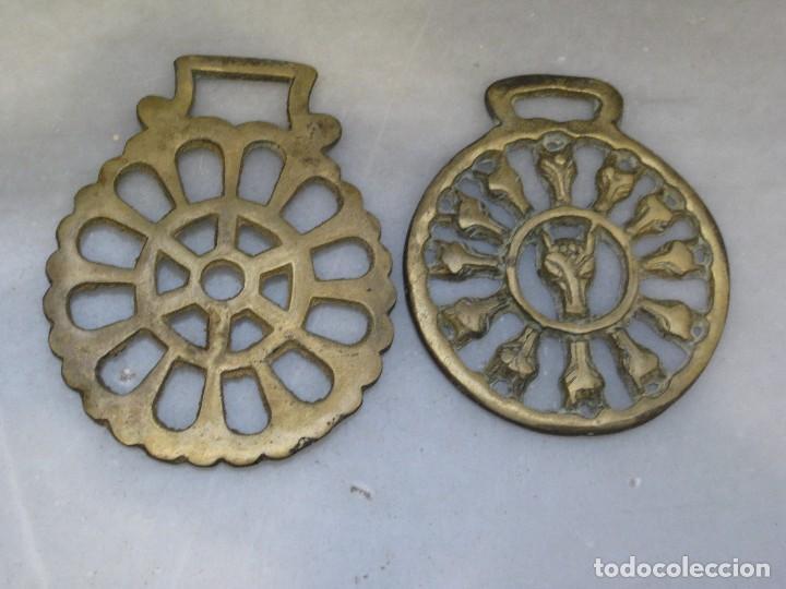 Antigüedades: 3 placas antiguas de bronce para correaje de caballo - Foto 2 - 116685375