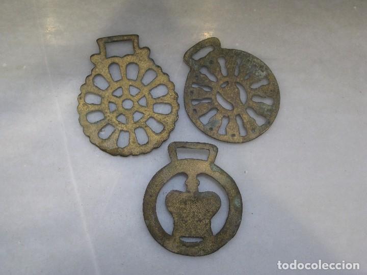 Antigüedades: 3 placas antiguas de bronce para correaje de caballo - Foto 4 - 116685375