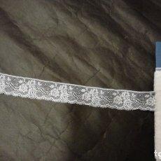 Antigüedades: PUNTILLA DE ENCAJE DE VALENCIENNES BLANCO ANCHA. 8 METROS. Lote 115615411