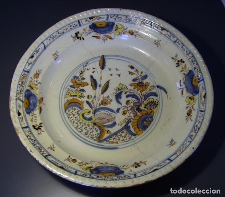 ROTUNDO Y GRAN PLATO DE TRIANA XVIII (Antigüedades - Porcelanas y Cerámicas - Triana)