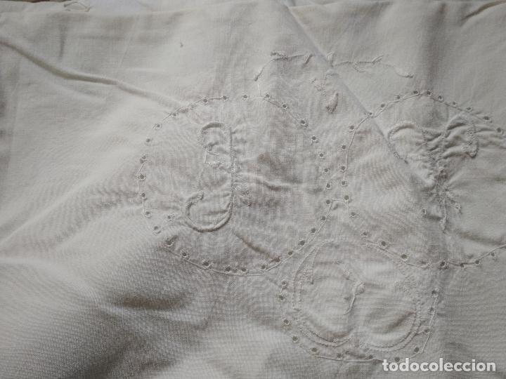 Antigüedades: SABANA ALGODON BORDADA Y VAINICA Pps. s. XX - Foto 3 - 116752071