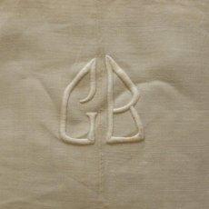 Antigüedades: ANTIGUA SÁBANA DE LINO CON COSTURA CENTRAL E INICIALES BORDADAS. Lote 163461546