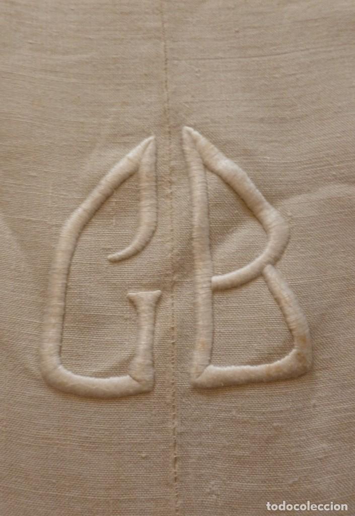 Antigüedades: ANTIGUA SÁBANA DE LINO CON COSTURA CENTRAL E INICIALES BORDADAS - Foto 2 - 163461546