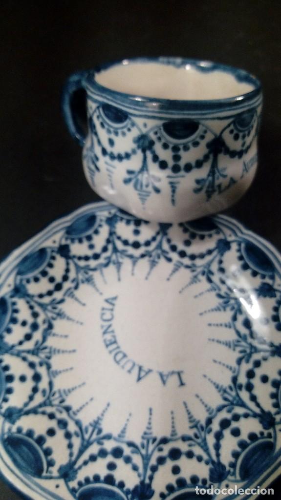 TAZA CON PLATO EN CERÁMICA RUIZ DE LUNA, TALAVERA, FIRMADAS. LA AUDIENCIA. (Antigüedades - Porcelanas y Cerámicas - Talavera)