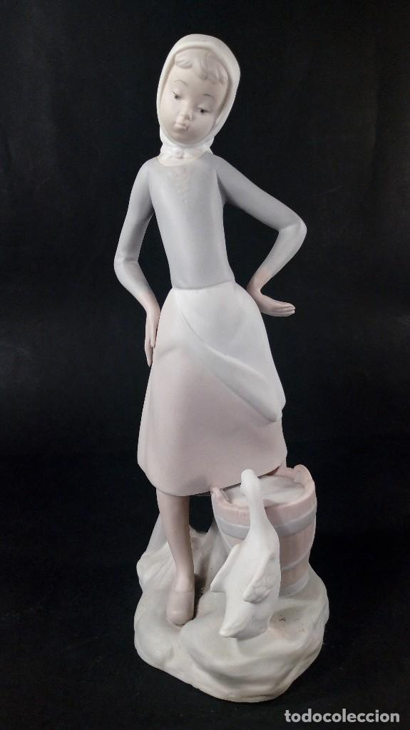 FIGURA LECHERITA PATITO FEO EN PORCELANA DE LLADRÓ. MATE. MODELO: 01014682. AÑO LANZAMIENTO: 1970. (Antigüedades - Porcelanas y Cerámicas - Lladró)