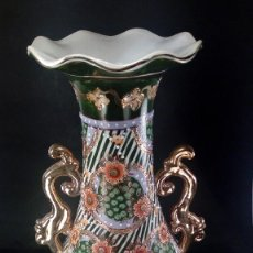 Antigüedades: JARRÓN CHINO CON ASAS EN PORCELANA. SELLO EN BASE. SEGUNDO CUARTO DEL S. XX.. Lote 116778787