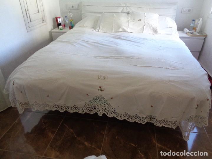 Antiquitäten: bonita sabana encimera con 3 fundas de almohada con encaje de bolillos y flores bordadas a mano - Foto 2 - 116782607