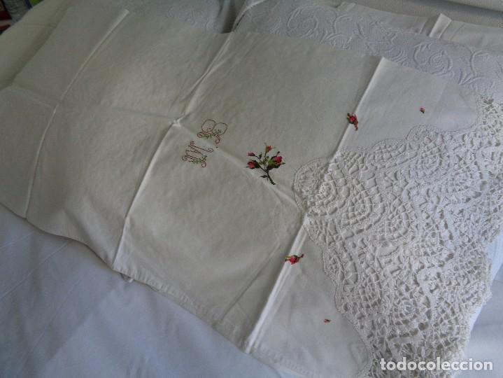 Antiquitäten: bonita sabana encimera con 3 fundas de almohada con encaje de bolillos y flores bordadas a mano - Foto 3 - 116782607