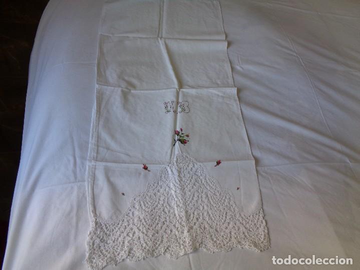 Antiquitäten: bonita sabana encimera con 3 fundas de almohada con encaje de bolillos y flores bordadas a mano - Foto 4 - 116782607