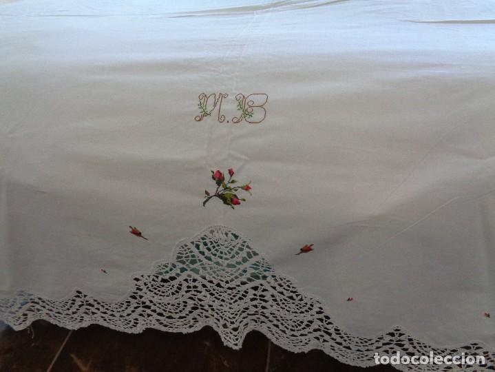 Antiquitäten: bonita sabana encimera con 3 fundas de almohada con encaje de bolillos y flores bordadas a mano - Foto 6 - 116782607
