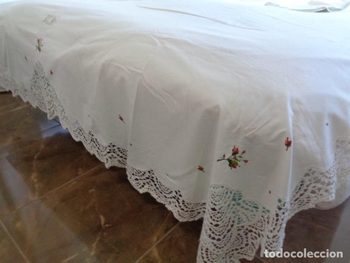 Antiquitäten: bonita sabana encimera con 3 fundas de almohada con encaje de bolillos y flores bordadas a mano - Foto 7 - 116782607